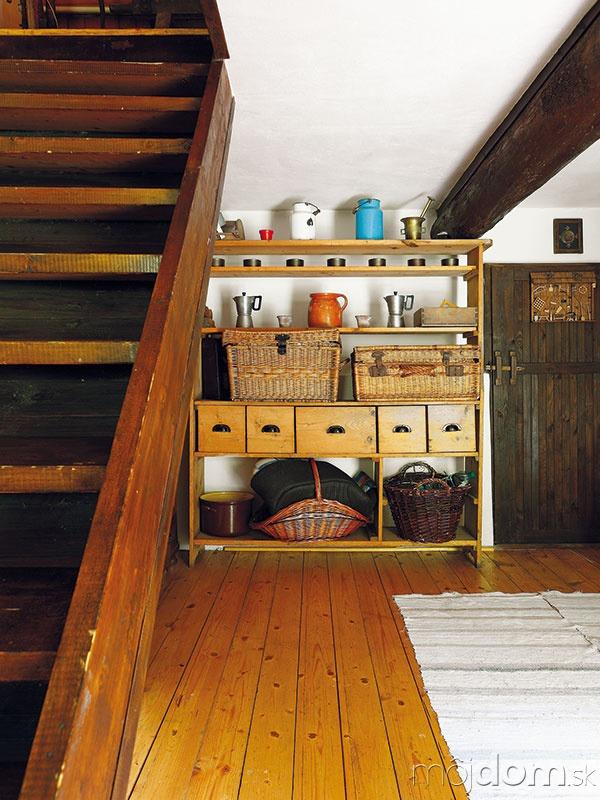 Po strmých drevených schodoch