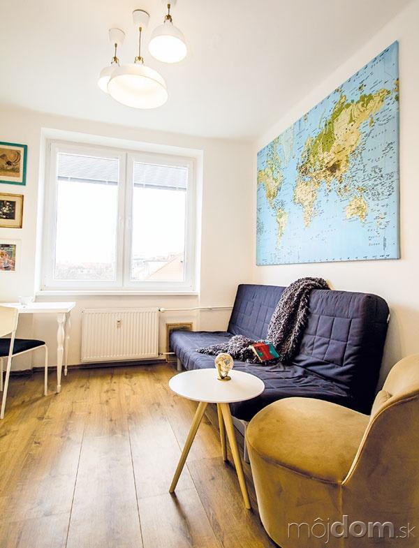 Nástenná mapa nad gaučom/posteľou