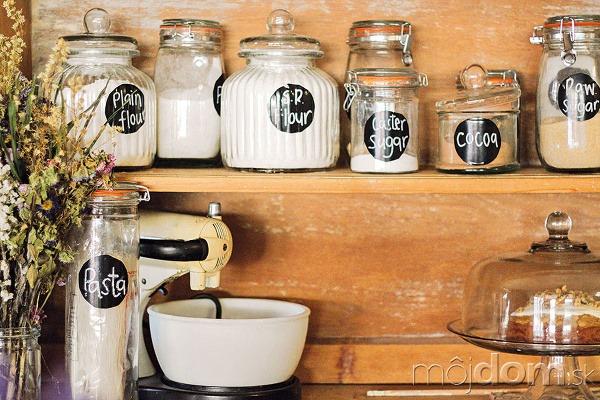 Kuchynské nádoby smúkou, cestovinami,
