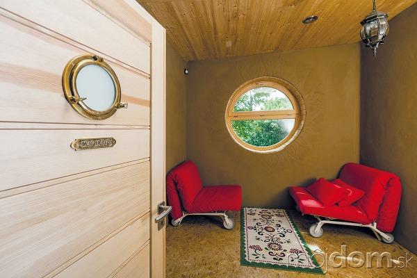 Hosťovskej izbe dominuje okrúhle