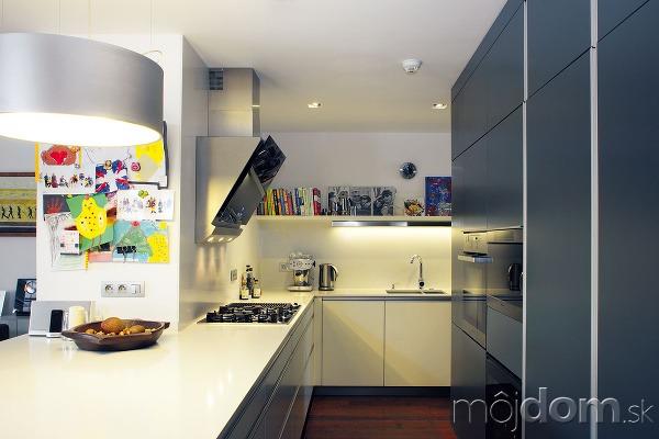Kuchyňa je zariadená jednoducho