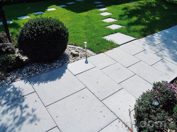 Jednoduchý chodníček znášľapných kameňov