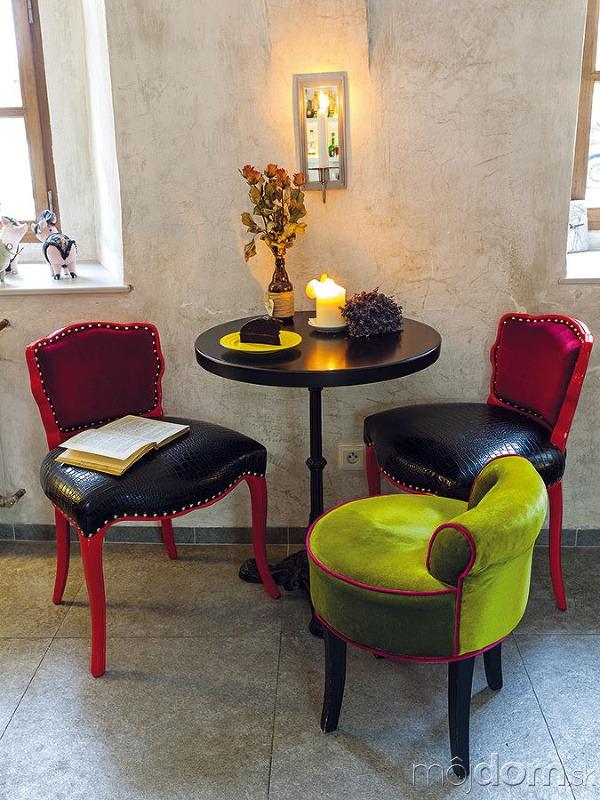 Interiér kaviarne s veselými