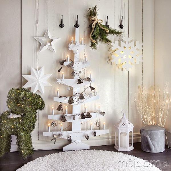 Drevený stojan natretý bielou