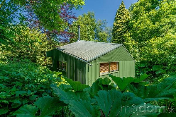 Uprostred lesov vyrástla chatka