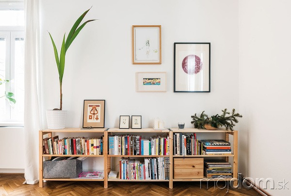Jednoduchý afunkčný nábytok je