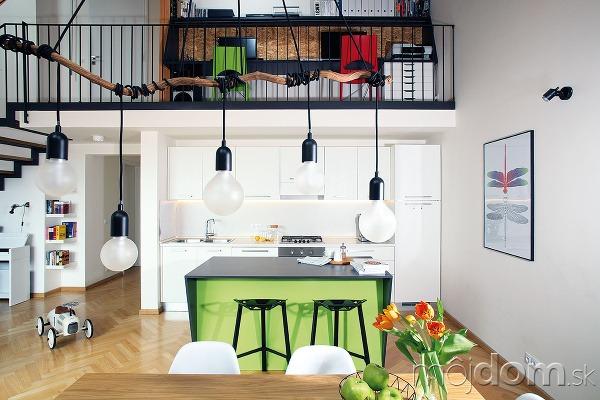 Jednoduchú bielu kuchyňu tvoria