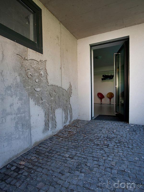 Pred vstupnými dverami. Architekt