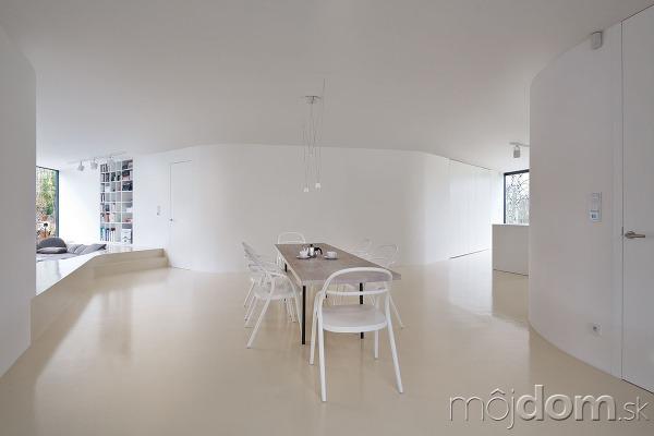 Biela interiéru jednoznačne dominuje
