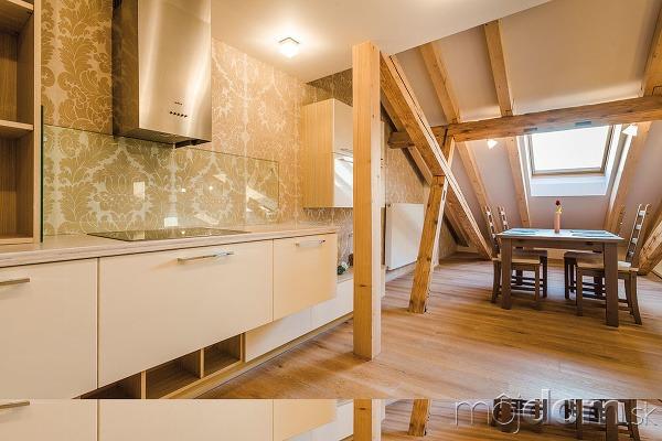 Drevené trámy dodávajú bývaniu