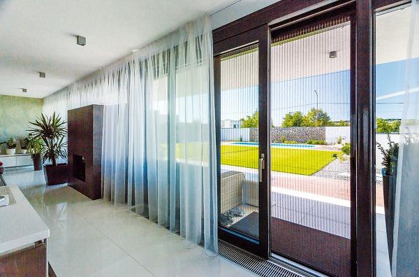 Pre aký materiál okenných