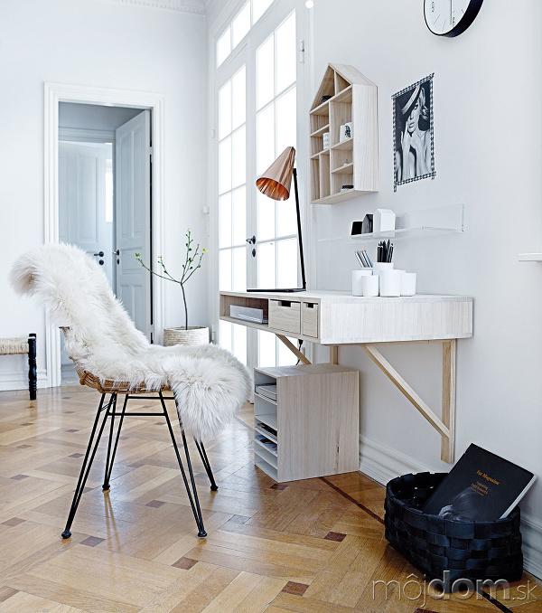 Stôl upevnený na stene
