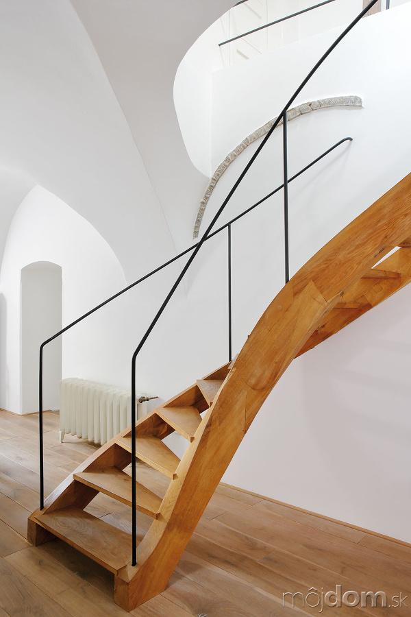 Točité drevené schodisko sjemným