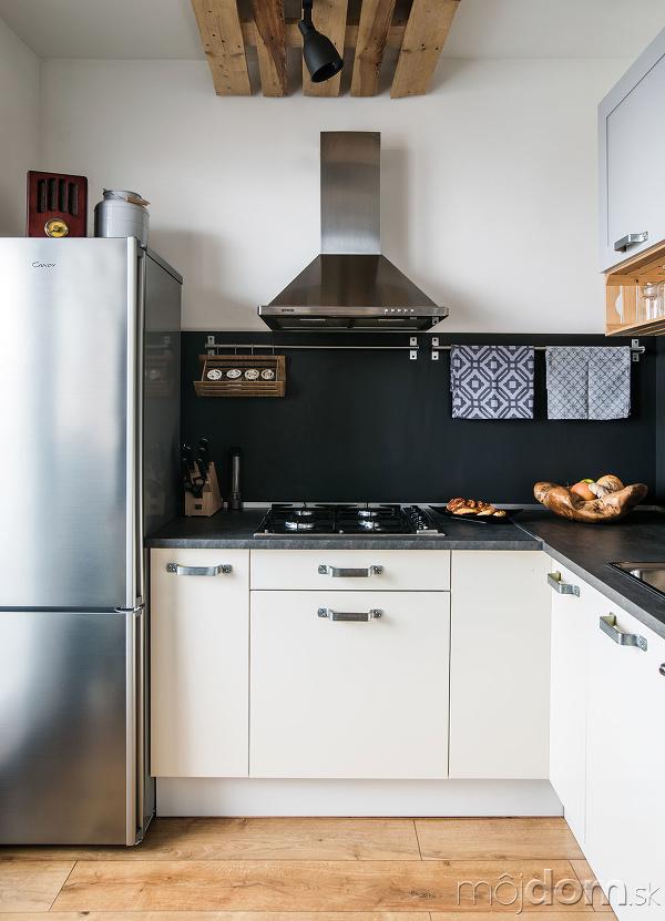 Biele spodné skrinky kuchynskej