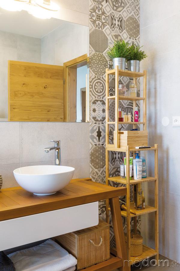 Drevená lavica pod umývadlami