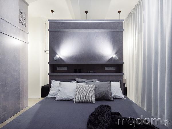 Veľká posteľ, umiestnená uprostred
