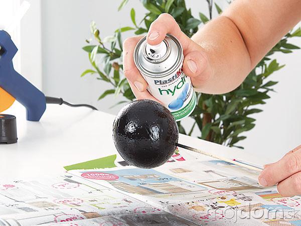 Guľu nastriekajte čiernou farbou