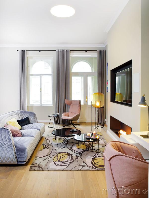 Zónu obývačky vymedzuje votvorenom