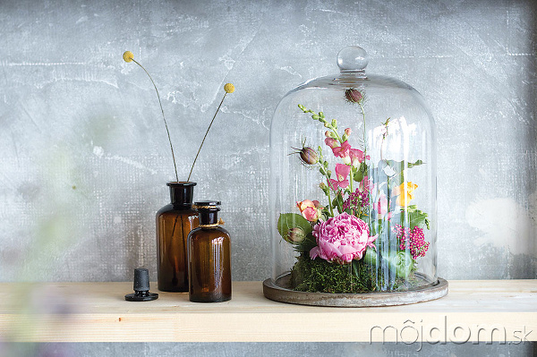 Svieže kvetinové zátišie zlokálne