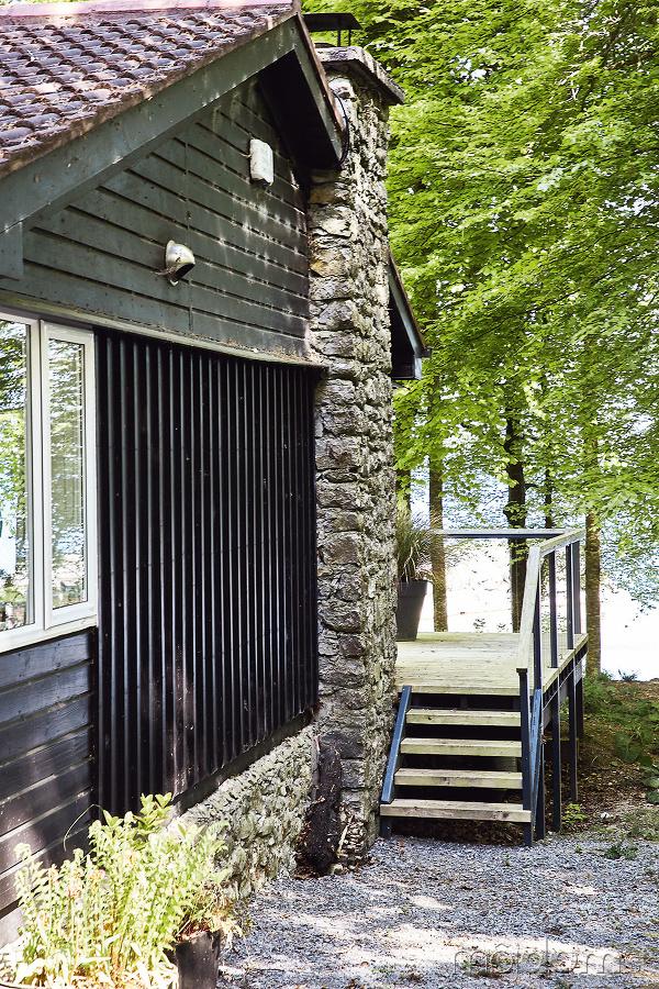 Z chátrajúcej drevenej chaty
