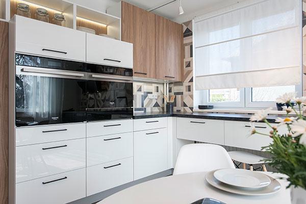 Biely lesklý kuchynský nábytok