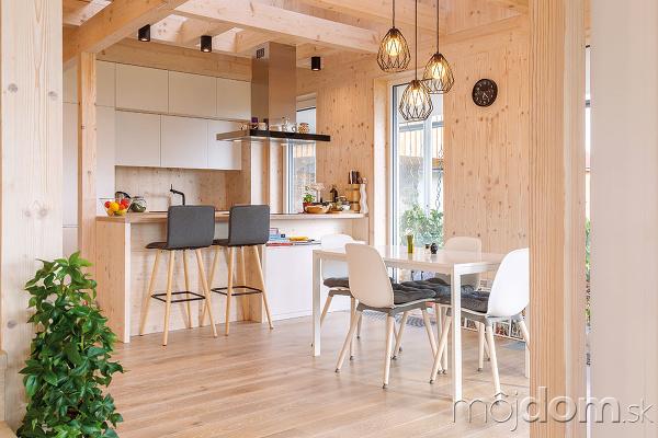 Moderná drevostavba je postavená