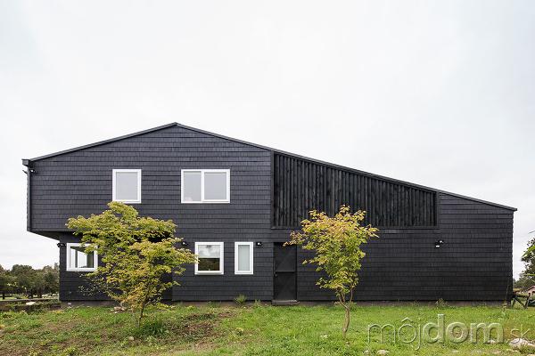 Dômyselne riešené bývanie v čiernom dome pri rieke  fc9fe6c0c21