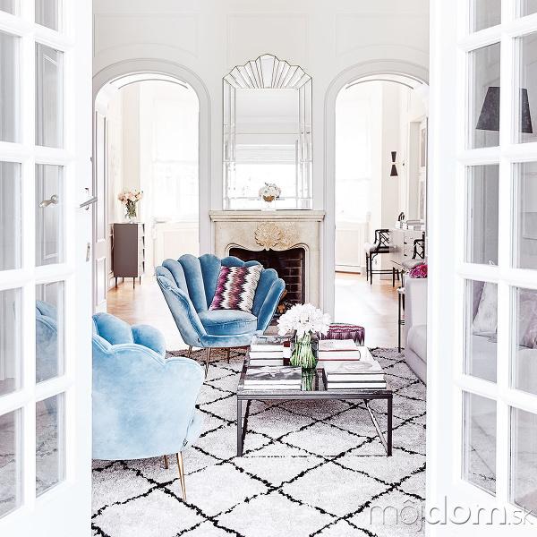 Interiér plný bielych čistých