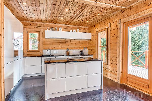 cbc1089168fa Surové drevo s lesklou bielou  Ideálna kuchyňa do víkendového zrubu ...