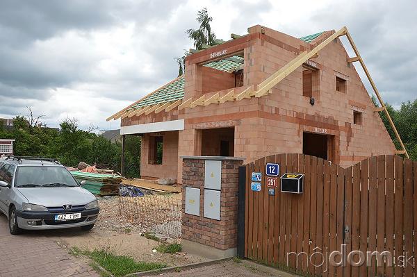 Priestranný tehlový dom v