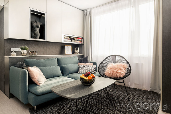 Sivý základ interiéru je