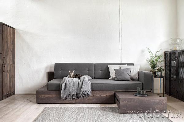 Sivá pohovka v obývacej