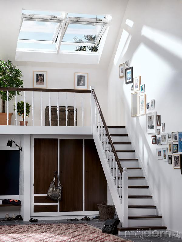 strešné okno nad schodiskom