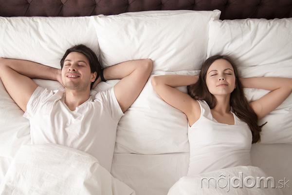 žena a muž spia