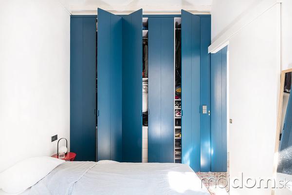 šatník s modrými dverami
