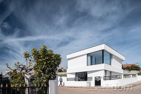 Biely rodinný dom v