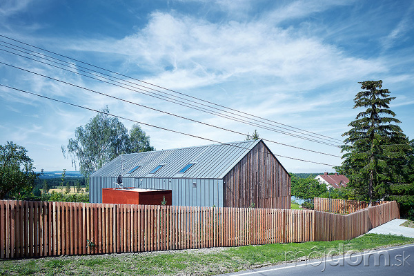 Dom stojí vchránenej krajinnej