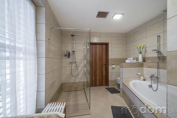 kúpeľna so sprchovým kútom