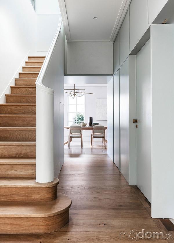 centrálne drevené schodisko