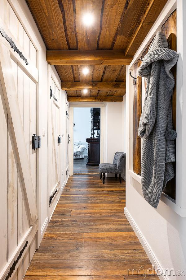 drevený strop v predsieni