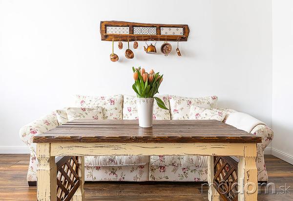 sedačka s kvetovaným poťahom