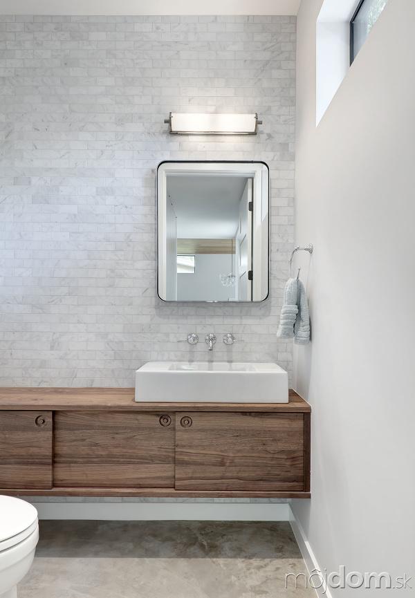 kúpeľňa so sivo-bielym tehlovým
