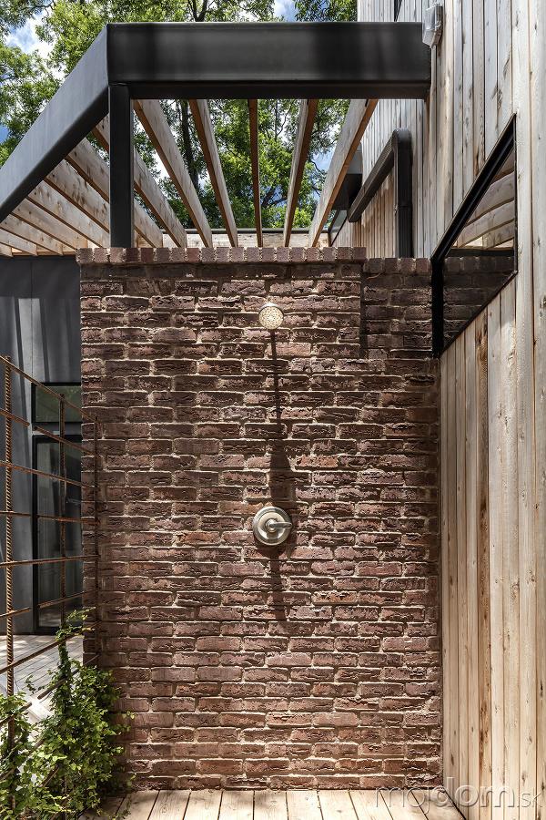 exteriérová sprcha z tehlovým