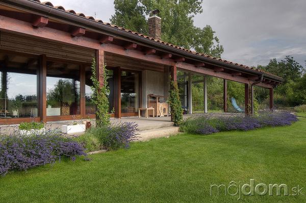 rastliny pred terasou domu