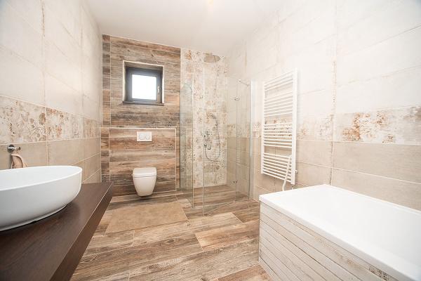 kúpeľňa s vaňou a
