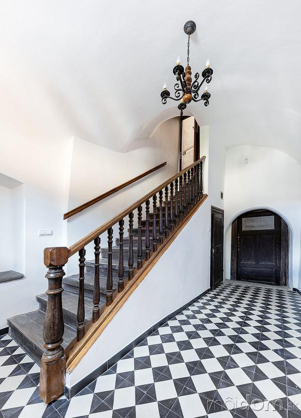 Drevené zábradlie schodiska