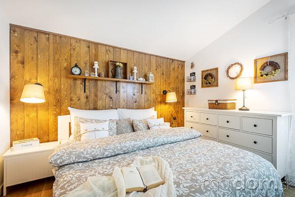 spáľňa s dreveným obkladom
