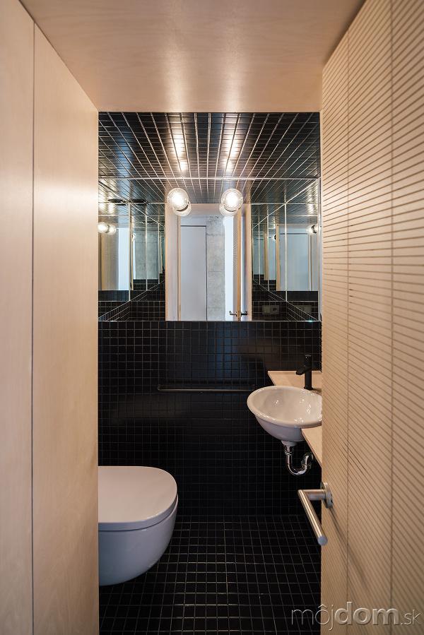 čiernymi obkladačkami obložená toaleta
