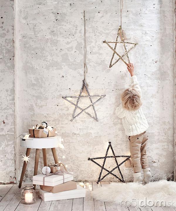 hviezdy zavesené na špagáte