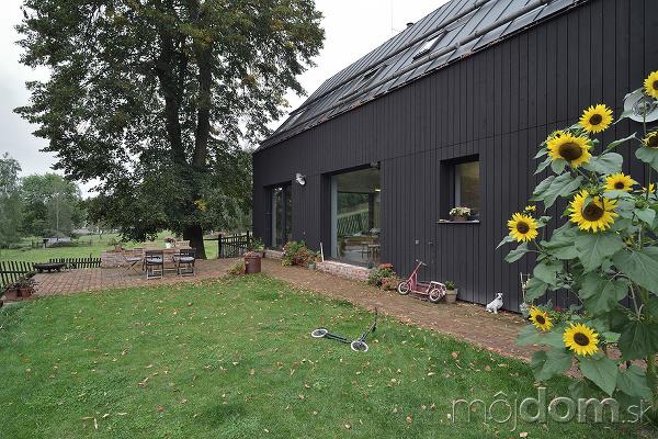 čierna fasada domu